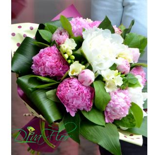 Buchet cu bujori roz și frezii