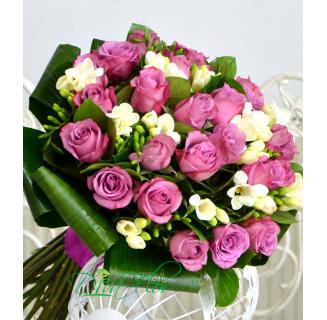 Buchet trandafiri mov și frezii
