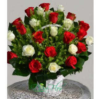 Coș cu 25 trandafiri alb-roșii
