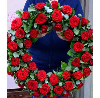 Coroană funerară cu trandafiri roșii