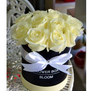 Cutie cu 11 trandafiri albi