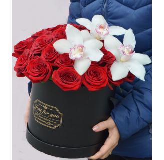 Cutie cu trandafiri roșii și orhidee albe