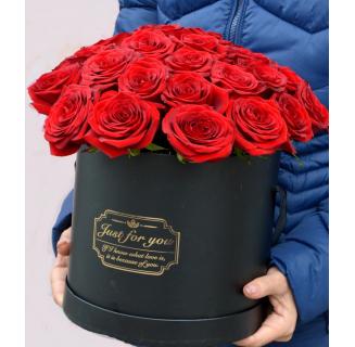 Cutie cu 25 trandafiri roșii