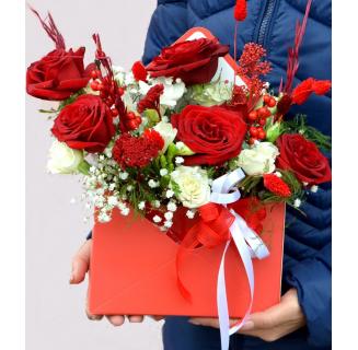 Cutie plic cu flori alb-roșii