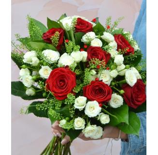 Buchet cu 7 trandafiri și miniroze