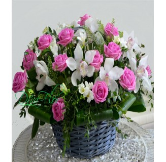 Coș cu trandafiri roz și orhidee