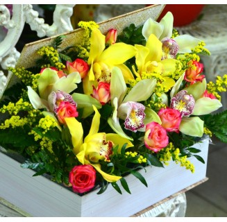 Cutie cu orhidee și miniroze