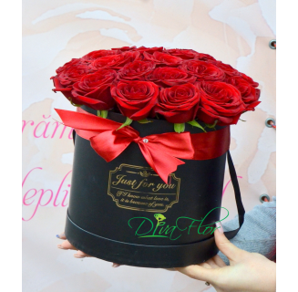 Cutie cu 17 trandafiri rosii