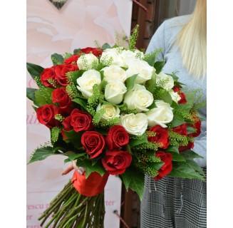 Buchet cu 37 trandafiri alb-roșii