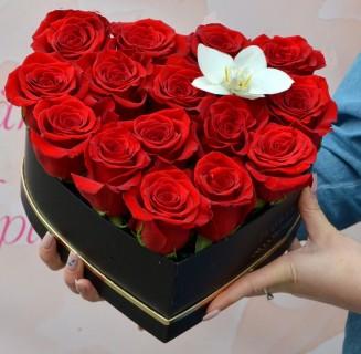 Cutie inimă cu trandafiri și orhidee