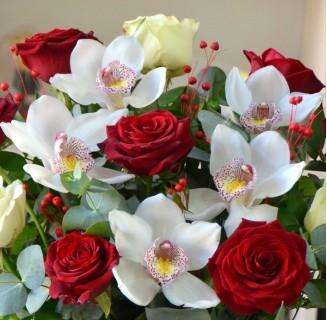 Cutie Otilia cu trandafiri si orhidee