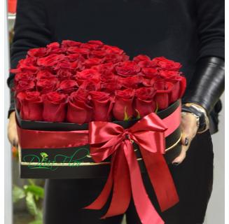 Cutie cu 25 trandafiri rosii