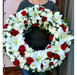 Coroana cu crini, trandafiri, crizanteme