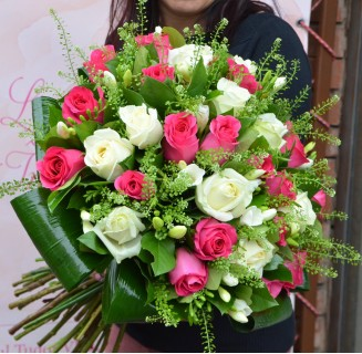 Buchet senzational cu trandafiri si frezii