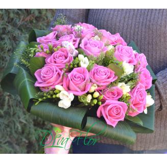 Buchet cu 19 trandafiri roz si frezii