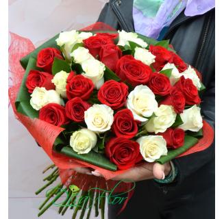 Buchet cu 35 trandafiri alb-rosii