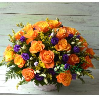 Cos 25 trandafiri portocalii si eustoma
