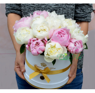Cutie cu 15 bujori albi si roz
