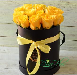 Cutie cu 17 trandafiri galbeni