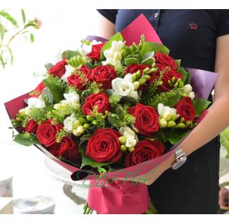 Buchet 15 trandafiri rosii si frezii