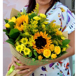 Buchet cu floarea soarelui si miniroze