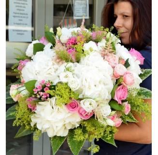 Buchet mare cu hortensii si trandafiri