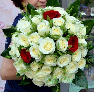 Buchet cu 43 trandafiri