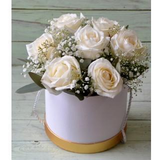 Cutie cu 7 trandafiri albi