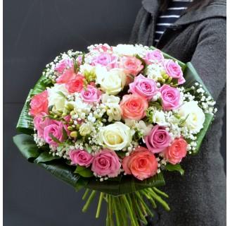 Buchet alb-roz cu trandafiri si frezii