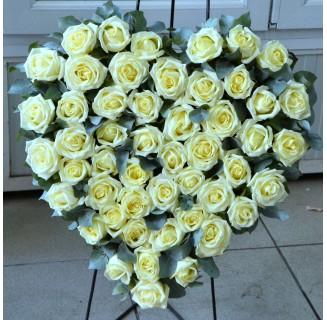 Inima funerara cu 50 trandafiri albi