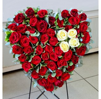 Inima cu 50 trandafiri alb-rosii