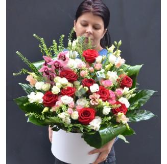 Cutie mare cu trandafiri si eustoma