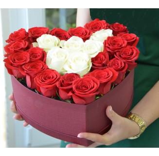 Inima cu 25 trandafiri alb-rosii