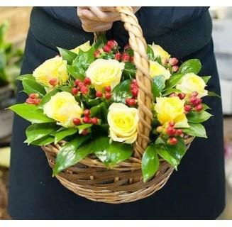 Cos 9 trandafiri galbeni si hypericum