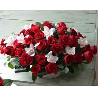 Cos mare cu trandafiri si orhidee