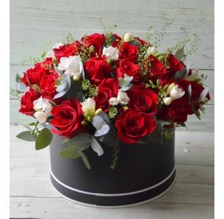 Cutie cu 25 trandafiri si frezii