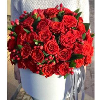 Cutie cu 51 trandafiri și hypericum